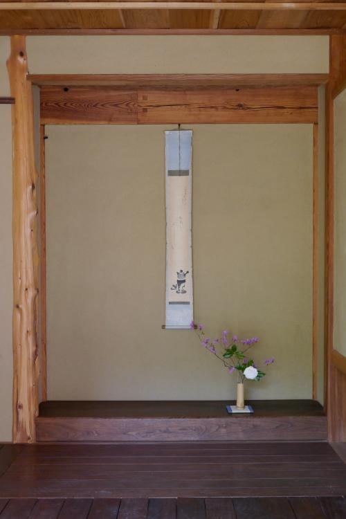 Tokonoma display, with teapot scroll and ikebana arrangement